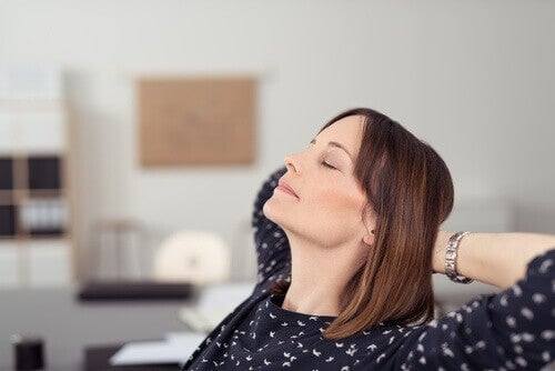η γυναίκα που ξεκουράζεται- έναν υγιή εγκέφαλο
