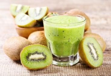 Φρούτα κατά της γήρανσης - Ακτινίδια κομμένα και χυμός ακτινίδιου