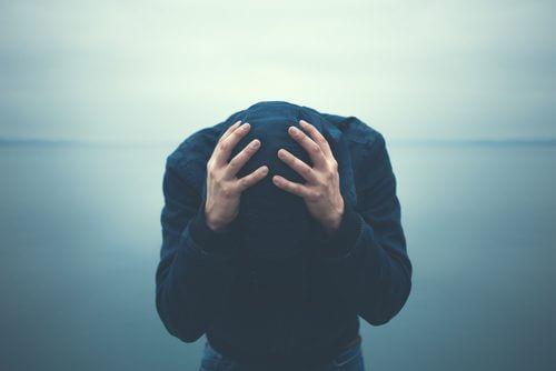 άνδρας με τα χέρια στο κεφάλι 4 τρόποι για την καταπολέμηση της ανησυχίας