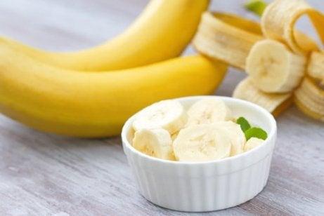 Φρούτα κατά της γήρανσης - Μπανάνες και μπανάνα κομμένη σε μπολ