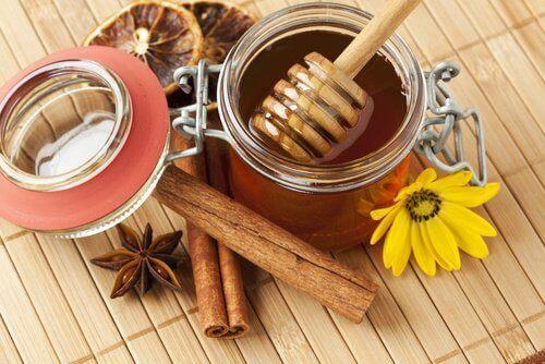 μέλι, κανέλα, μπαχαρικά