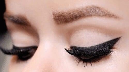 10 κόλπα που πρέπει να ξέρετε για την εφαρμογή eyeliner
