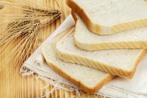 Λευκό ψωμί- τροφές που θα πρέπει να αποφεύγετε αν έχετε υπέρταση.