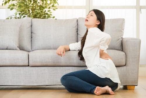 Σημάδια που πρέπει να γνωρίζετε για τη νεφρική ανεπάρκεια - Γυναίκα με πόνο στη μέση