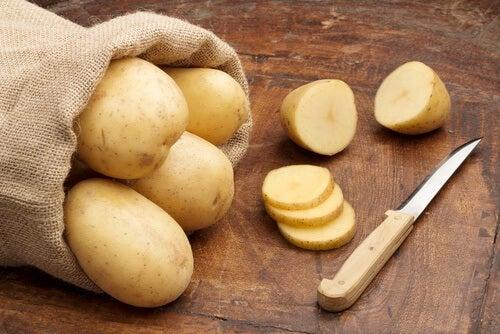 Πατάτες για το σκούρο δέρμα στις μασχάλες