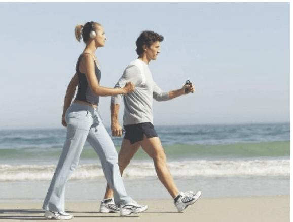 Περπάτημα δύο ανθρώπων στην παραλία