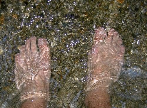 Πόδια μέσα στο νερό, ονυχομυκητίαση στα πόδια