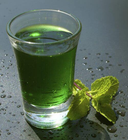 Αποτοξίνωση του σώματος - Πράσινο νερό σε ποτήρι
