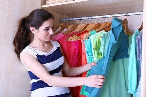 5 τρόποι για να διπλώνετε τα ρούχα για περισσότερο χώρο στη ντουλάπα