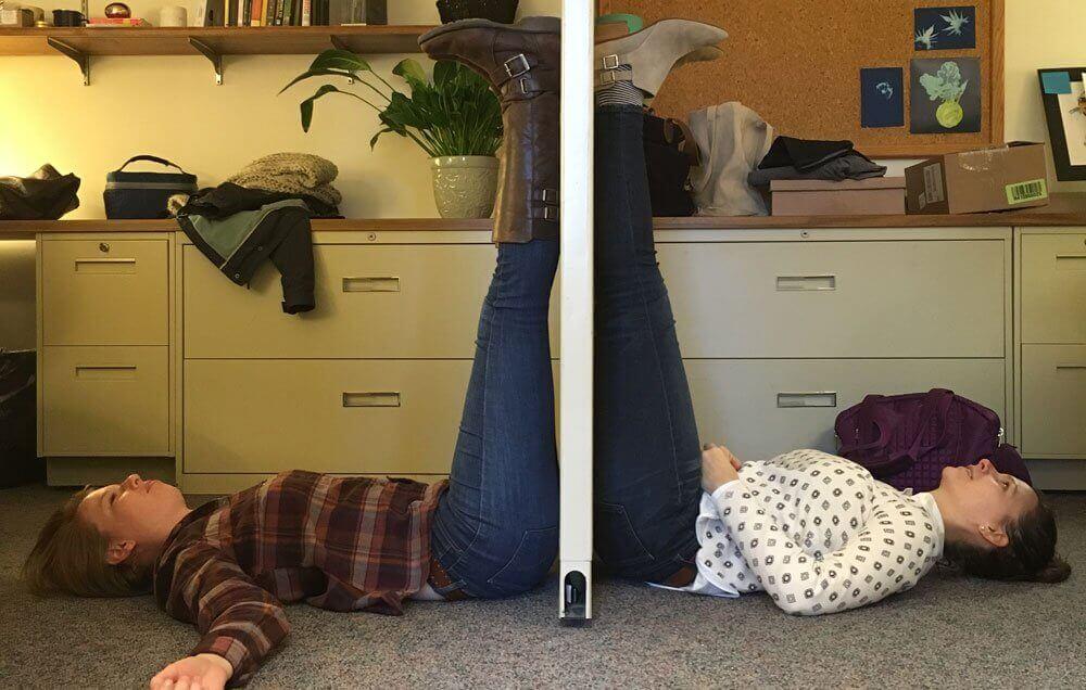 δύο γυναίκες στην κρεββατοκάμαρά τους με τα πόδια στον τοίχο