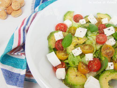 Πεντανόστιμη σαλάτα - Πιάτο με σαλάτα λαχανικών και τυρί