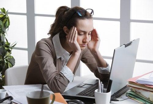 γυναίκα μπροστά σε υπολογιστή