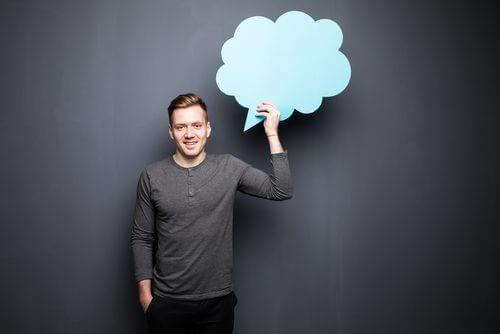 άνδρας που κρατάει ένα συννεφάκι 4 τρόποι για την καταπολέμηση της ανησυχίας