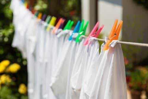 8 κόλπα για να κάνετε τα λευκά ρούχα πιο λαμπερά