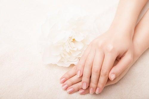 Υπέροχα κόλπα ομορφιάς για απαλά χέρια