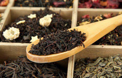 Μειώστε τις πρόωρες γκρίζες τρίχες - μαύρο τσάι