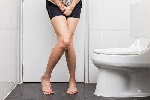 γυναίκα στην τουαλέτα