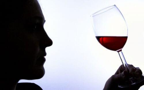 6 σημάδια που φανερώνουν εξάρτηση από το αλκοόλ