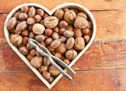 Θεραπεία του υποθυρεοειδισμού - Ξηροί καρποί σε κουτί