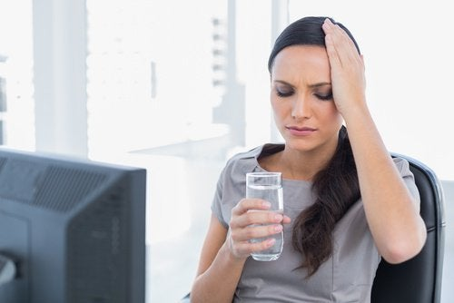 αφυδάτωση, γυναίκα, χυμός με σπόρους chia και λεμόνι