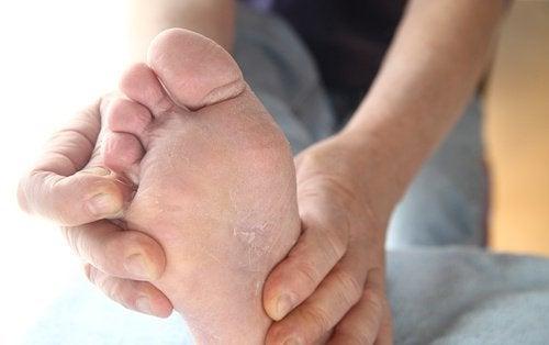 6 οφέλη του να μουλιάζετε τα πόδια σας στο ξύδι, σκληρά πόδια