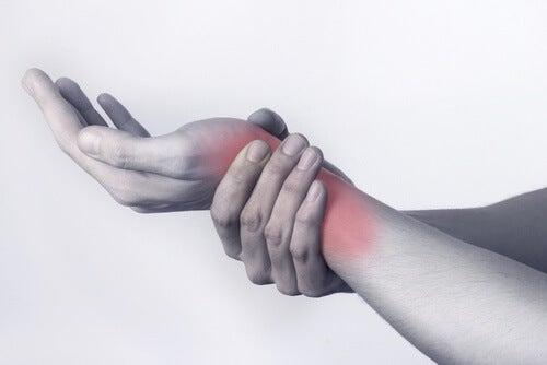 Λόγοι που πονούν οι αρθρώσεις - Άτομο με πόνο στον καρπό