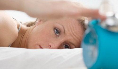 7 πιθανές αιτίες για τα τικ στα μάτια, έλλειψη ύπνου