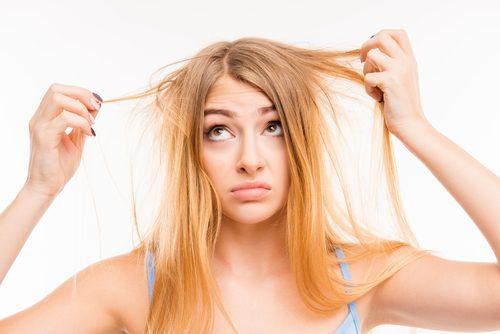 Δεν τρώτε αρκετές πρωτεΐνες - Γυναίκα πιάνει τα μαλλιά της