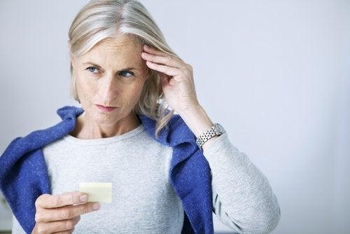 γυναικα με προβληματα μνημης -σημάδια αναγνώρισης του υποθυρεοειδισμού
