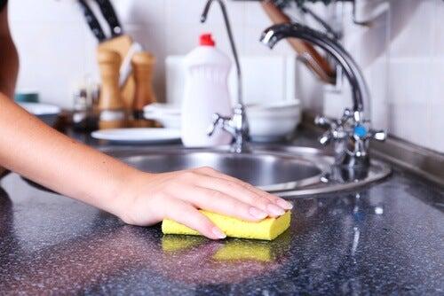 9 αντικείμενα στο σπίτι που πρέπει να καθαρίζετε καθημερινά, πετσέτες κουζίνας, σφουγγάρι