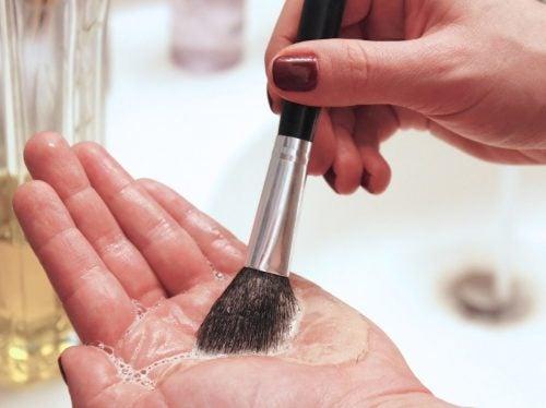 9 αντικείμενα στο σπίτι που πρέπει να καθαρίζετε καθημερινά, πετσέτες κουζίνας, βούρτσες μακιγιάζ