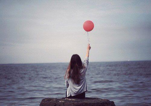 Γυναίκα κρατά μπαλόνι