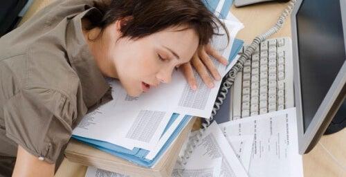 κόπωση, ύπνος, γραφείο-,συνέπειες της έλλειψης σιδήρου