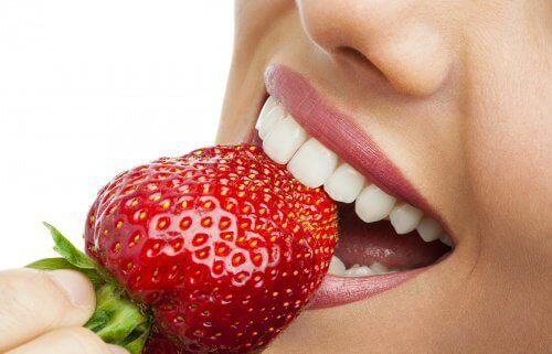φράουλα στα δόντια