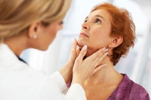 γιατρός, γυναίκα- εάν ο θυρεοειδής σας δεν λειτουργεί σωστά