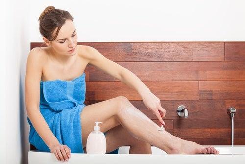 Φυσική κρέμα ξυρίσματος - Γυναίκα ξυρίζει το πόδι της