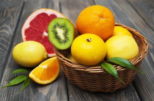 φρούτα, εσπεριδοειδή, λεμόνι, πορτοκάλι, ακτινίδιο για να καθαρίσετε το συκώτι σας με φυσικό τρόπο