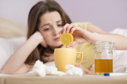 κρυολόγημα. τσάι με λέμονι