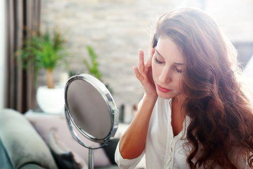 απαλλαγείτε από τις ρυτίδες - γυναικα σε καθρεφτη