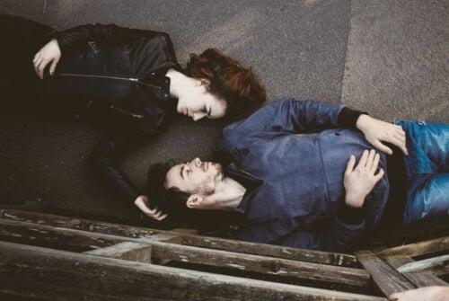 αγάπη και την εμμονή ζευγάρι στο πάτωμα