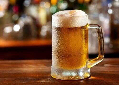 Υποφέρετε από ουρική αρθρίτιδα - Μπύρα σε ποτήρι