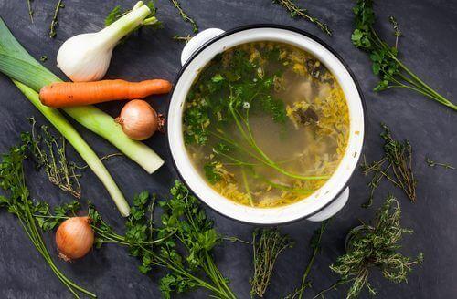 Πώς να παρασκευάσετε γευστικούς ζωμούς λαχανικών για να χάσετε βάρος
