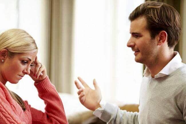 άντρας που μιλάει με γυναίκα