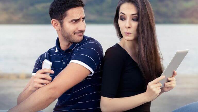γυναίκα και άνδρας πλάτη με πλάτη