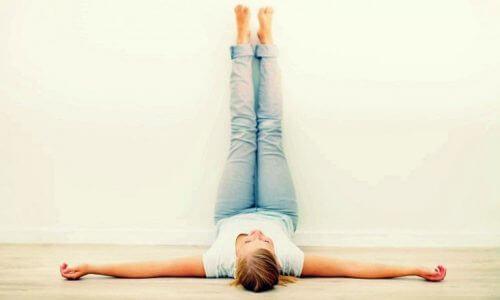 Πρωινές ασκήσεις, πόδια στον τοίχο