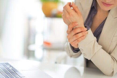 κύρια συμπτώματα της ινομυαλγίας- πόνος στο χέρι