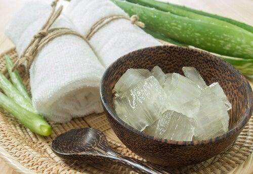 5 φυσικές θεραπείες για τη σύσφιξη του δέρματος του προσώπου σας - αλόη βέρα και γιαούρτι