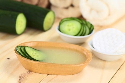 5 φυσικές θεραπείες για τη σύσφιξη του δέρματος του προσώπου σαςαβγό και αγγούρι