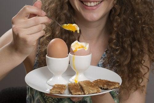 Τροφές που θα σας βοηθήσουν να ελέγξετε τις λιγούρες, αβγά