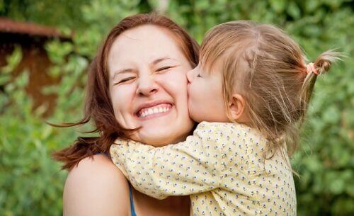 μητέρα και κόρη, αγκαλιά